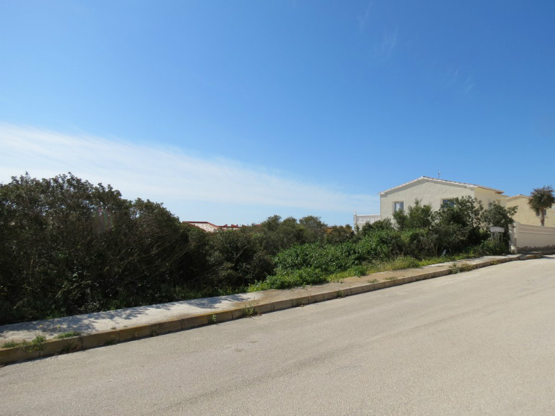 800m2 flat plot located in the Girasoles zone of Cumbre del Sol, just 400m from the local shopping, Spain