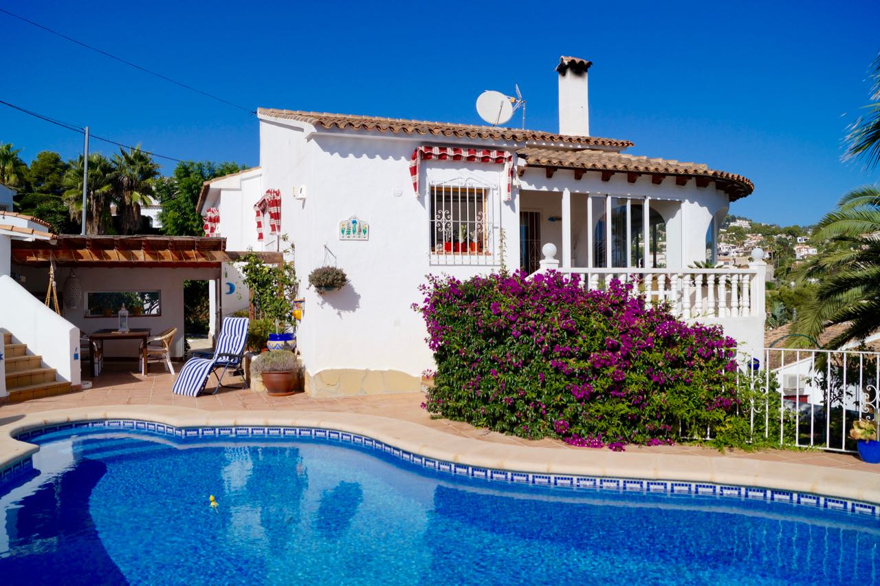 This immaculate three bedroom villa situated very close to the golf course San Jaime Moraira has l,Spain