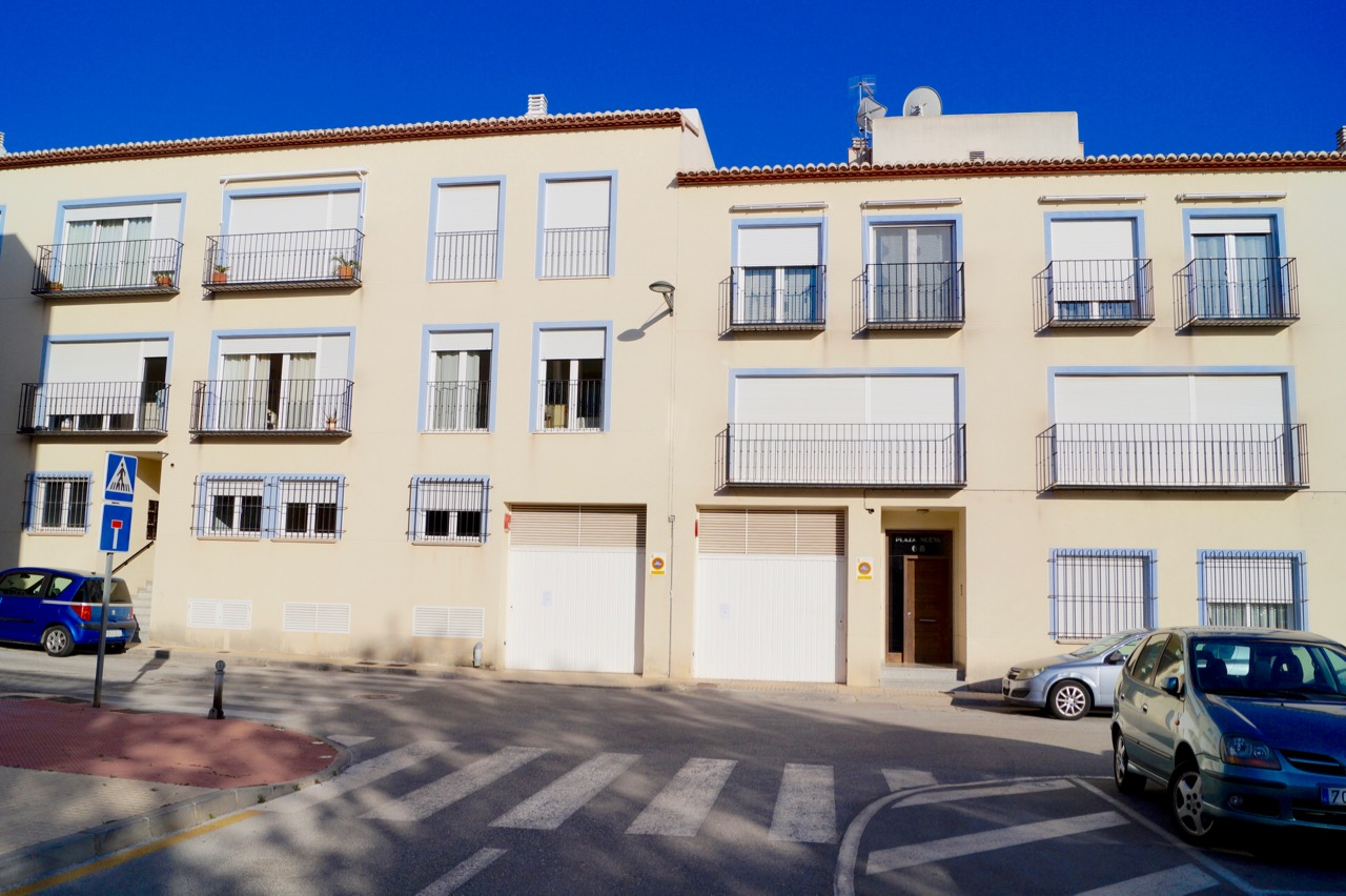 This 3 bedroom, two bathroom apartment of approx. 100m2 has a 40m2 interior Patio/Garden and is an,Spain