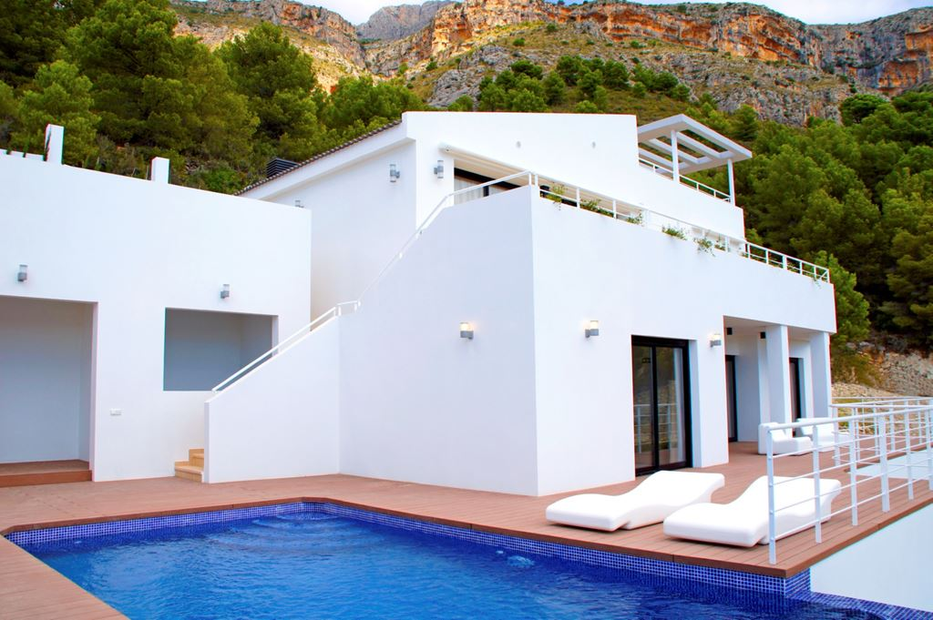 Luxurious villa on a gated community with private access and surveillance cameras comprising five , Spain