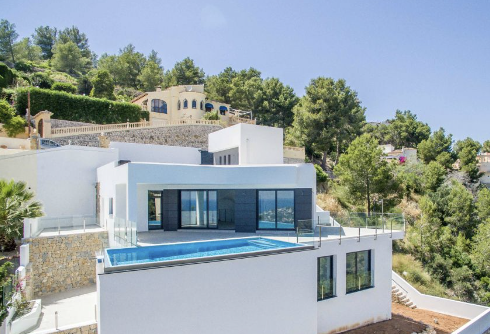 This modern sea view property is move in ready and offers good sea and mountain views. Entrance is, Spain