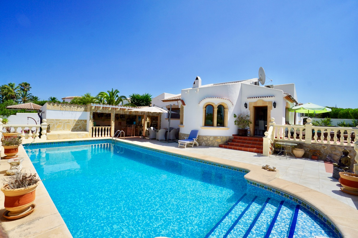 This lovely, traditional villa, built on a large flat plot is located in the Pinosol Area in Javea, Spain